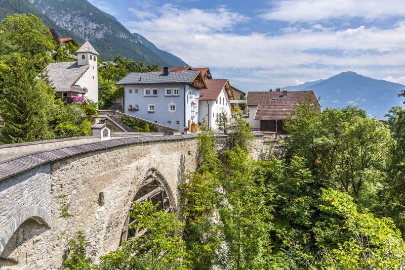 Oude roman brug in Grijnzen, Tirol, Oostenrijk stock afbeelding