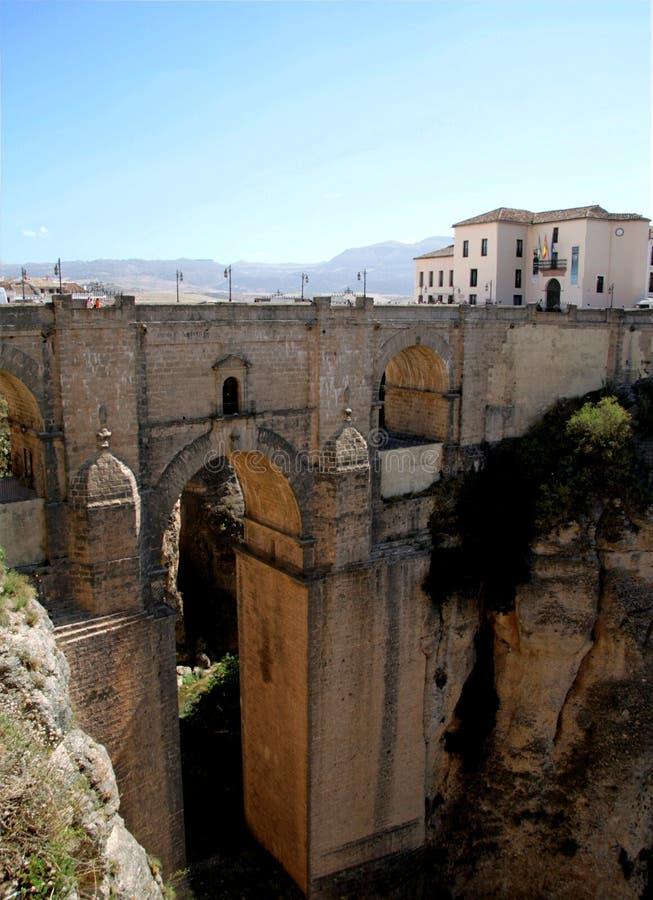 Oude Roman brug over kloof in Ronda, Spanje royalty-vrije stock fotografie
