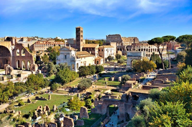 Oude Roman Forum-mening naar Colosseum, Rome, Italië stock afbeeldingen