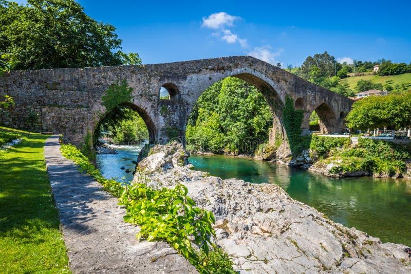Oude Roman steenbrug in Cangas DE Onis (Asturias), Spanje stock afbeeldingen