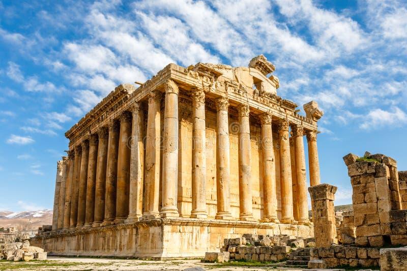 Oude Roman tempel van Bacchus met het omringen van ruïnes met blauwe hemel op de achtergrond, Bekaa-Vallei, Baalbek, Libanon stock foto's