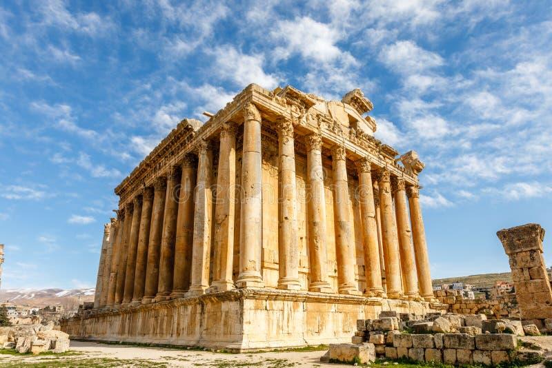 Oude Roman tempel van Bacchus met het omringen van ruïnes en blauwe hemel op de achtergrond, Bekaa-Vallei, Baalbek, Libanon stock fotografie
