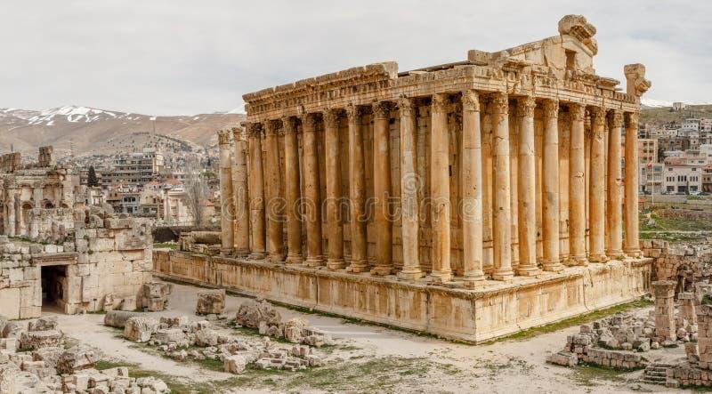 Oude Roman tempel van Bacchus met het omringen van ruïnes en stad, Bekaa-Vallei, Baalbek, Libanon royalty-vrije stock fotografie