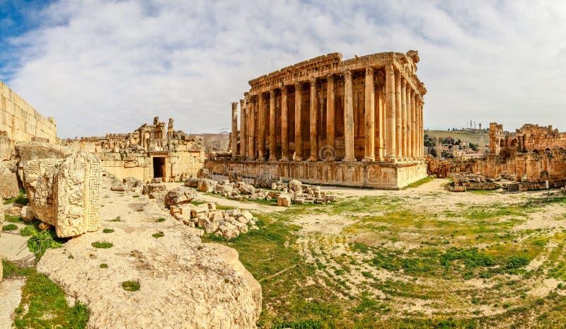 Oude Roman tempel van Bacchus met het omringen van ruïnes van oude stad, Bekaa-Vallei, Baalbek, Libanon stock afbeelding