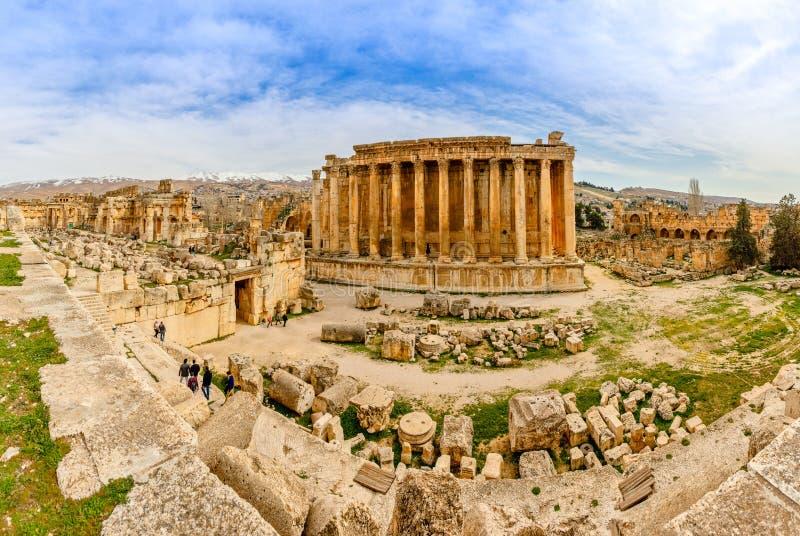 Oude Roman tempel van Bacchus-panorama met het omringen van ruïnes van oude stad, Bekaa-Vallei, Baalbek, Libanon royalty-vrije stock afbeelding