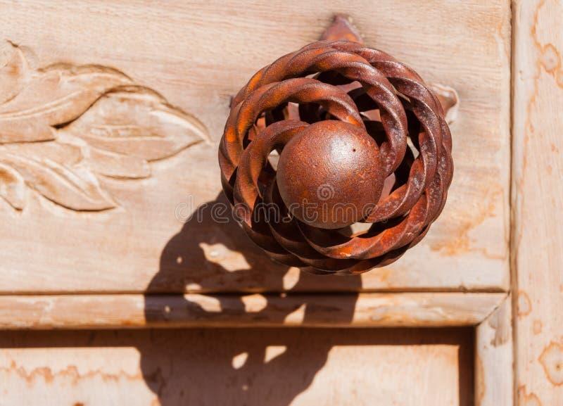 Oude ronde roestige doorknow stock afbeelding