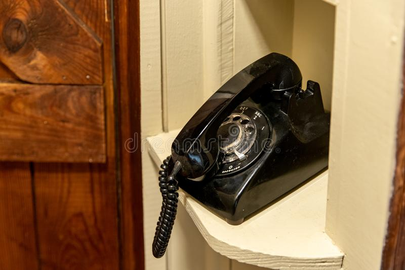 Oude Roterende Telefoon in oude greeppositie, die in hoekje in gang zitten royalty-vrije stock foto