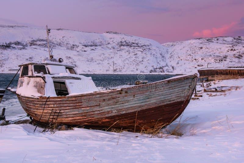Oude rotte vissenboot in Teriberka, het Gebied van Moermansk, Rusland royalty-vrije stock afbeeldingen