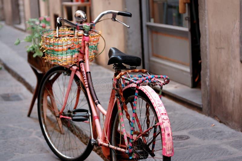 Oude roze fiets royalty-vrije stock afbeelding