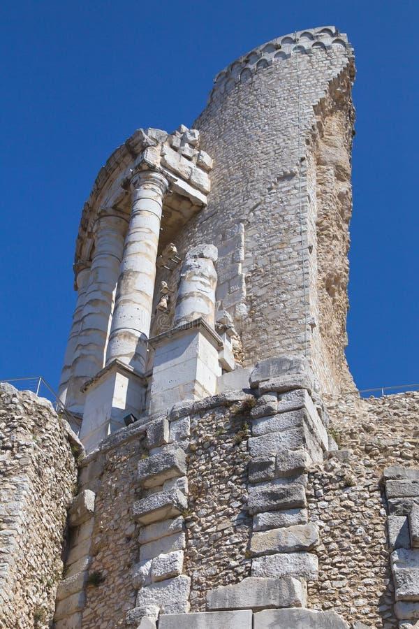 Oude ruïnes in de stad van La Turbie stock afbeelding