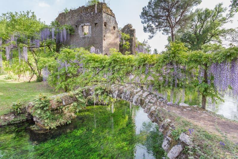 Oude ruïnes en installaties van wisteria in de Tuin van Ninfa royalty-vrije stock afbeelding