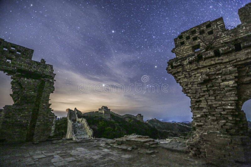 Oude ruïnes en nachthemel hierboven