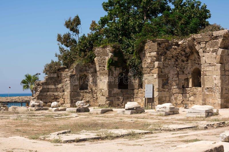 Oude Ruïnes in Kant, Turkije Mooie ruïnes van een deel van de tempel van Appalon, tegen de blauwe hemel stock afbeeldingen