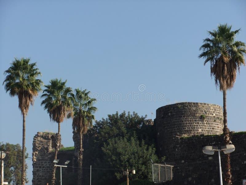 Oude ruïnes in nieuwe stad stock fotografie