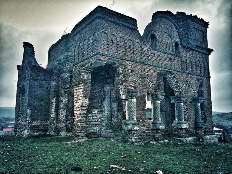 Oude ruïnes van een oude achtervolgde kathedraal royalty-vrije stock afbeelding