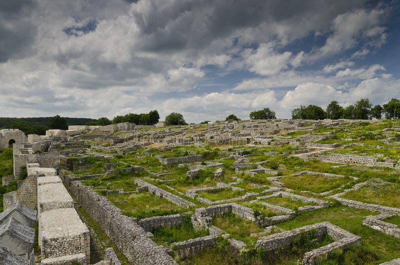 Oude ruïnes van een middeleeuwse vesting dicht bij de stad van Shumen stock foto