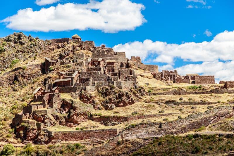Oude ruïnes van Incan-vesting op de berg, Pisac, Peru stock afbeelding