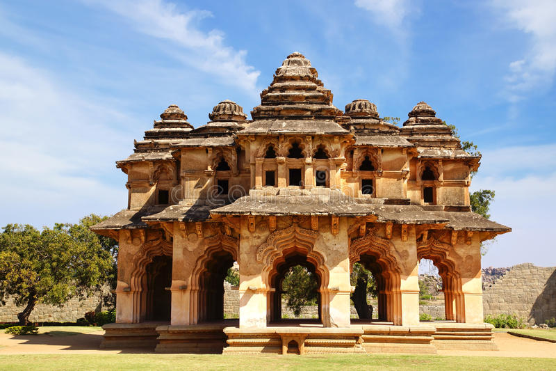 Oude ruïnes van Lotus Temple. Hampi, India. stock foto's