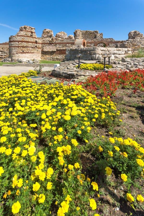 Oude ruïnes van Vestingwerken bij de ingang van oude stad van Nessebar, Bulgarije stock foto's