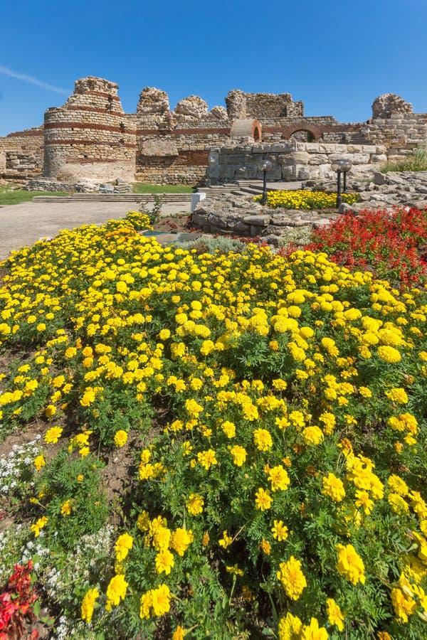 Oude ruïnes van Vestingwerken bij de ingang van oude stad van Nessebar, Bulgarije stock foto