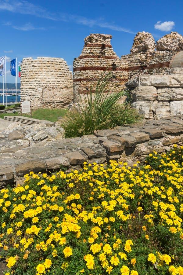 Oude ruïnes van Vestingwerken bij de ingang van oude stad van Nessebar, Bulgarije royalty-vrije stock fotografie