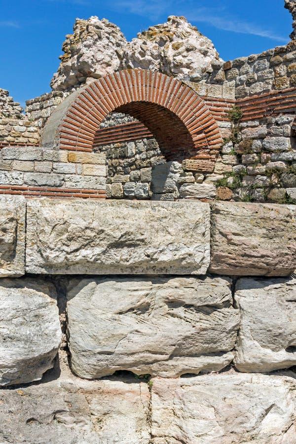 Oude ruïnes van Vestingwerken bij de ingang van oude stad van Nessebar, Bulgarije stock afbeelding