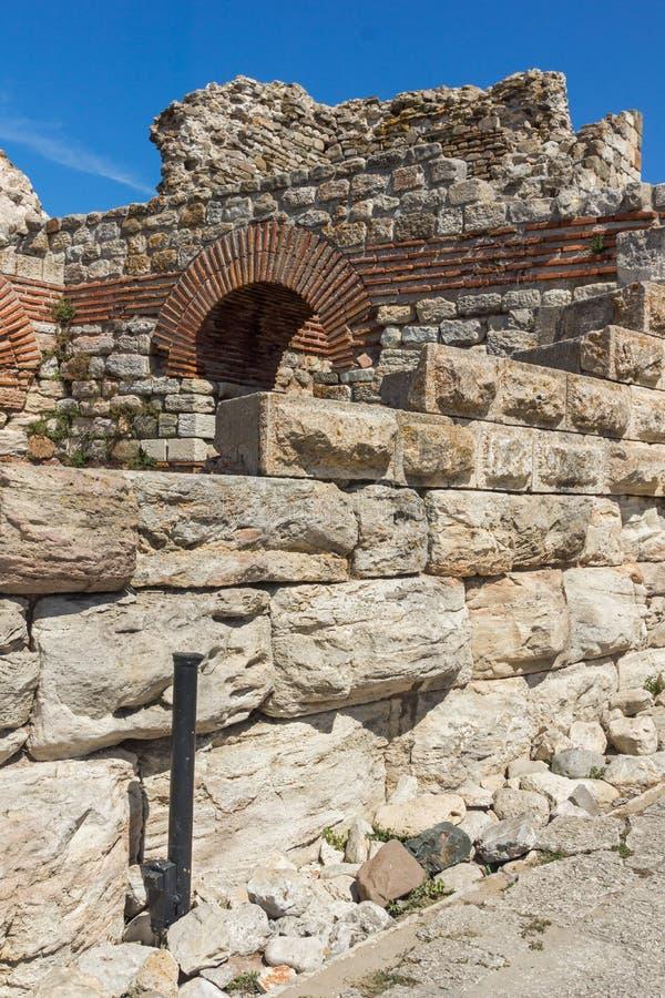 Oude ruïnes van Vestingwerken bij de ingang van oude stad van Nessebar, Bulgarije royalty-vrije stock foto's