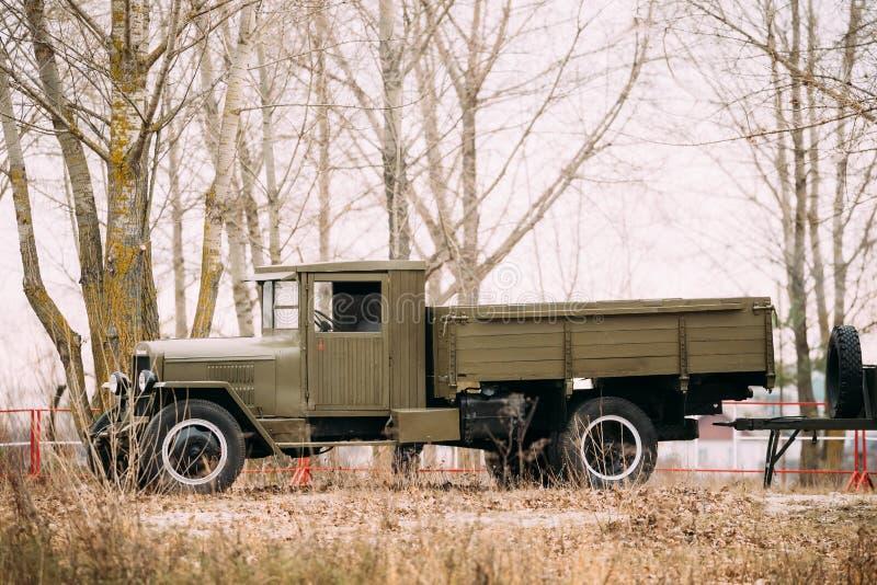 Oude Russische sovjetleger militaire vrachtwagen zis-5 openlucht in de herfstbos royalty-vrije stock afbeeldingen
