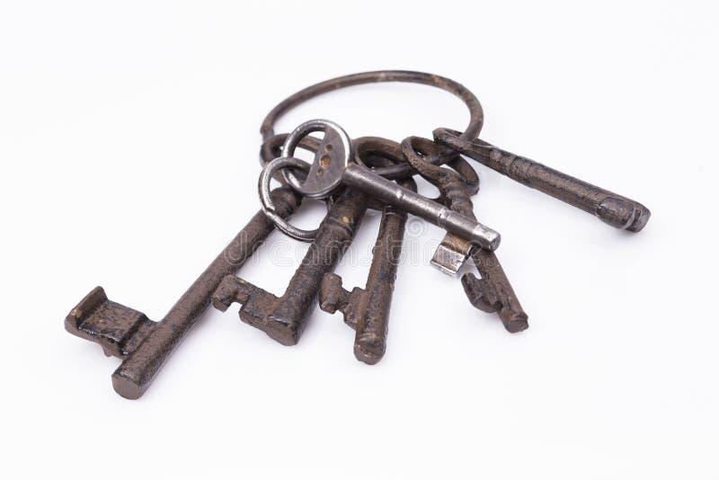 Oude, rustieke die sleutelring, op wit wordt geïsoleerd royalty-vrije stock afbeeldingen