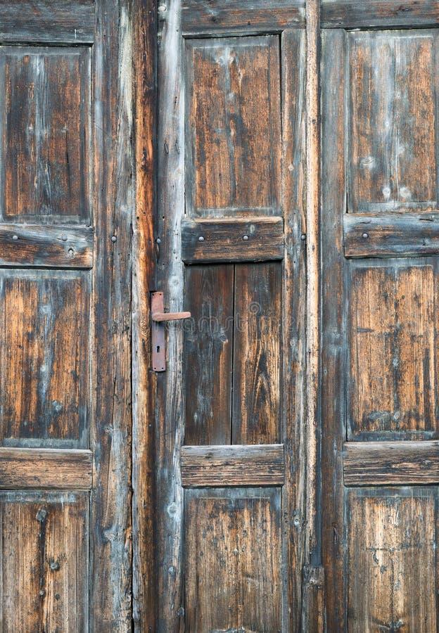 Oude rustieke houten ruwe deurwijnoogst stock afbeeldingen
