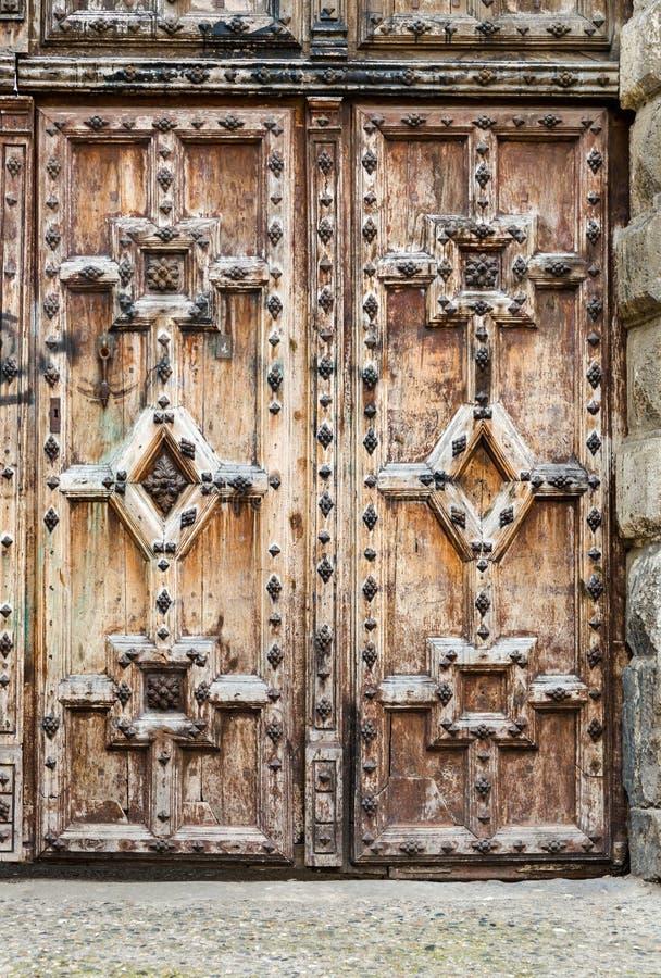 Oude rustieke oude uitstekende houten gesloten deur met gedetailleerde ornamenten royalty-vrije stock afbeeldingen