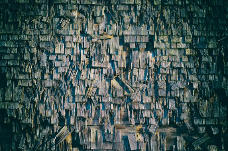 Oude rustieke schuur Oude Beierse houten buitenmuur stock afbeelding