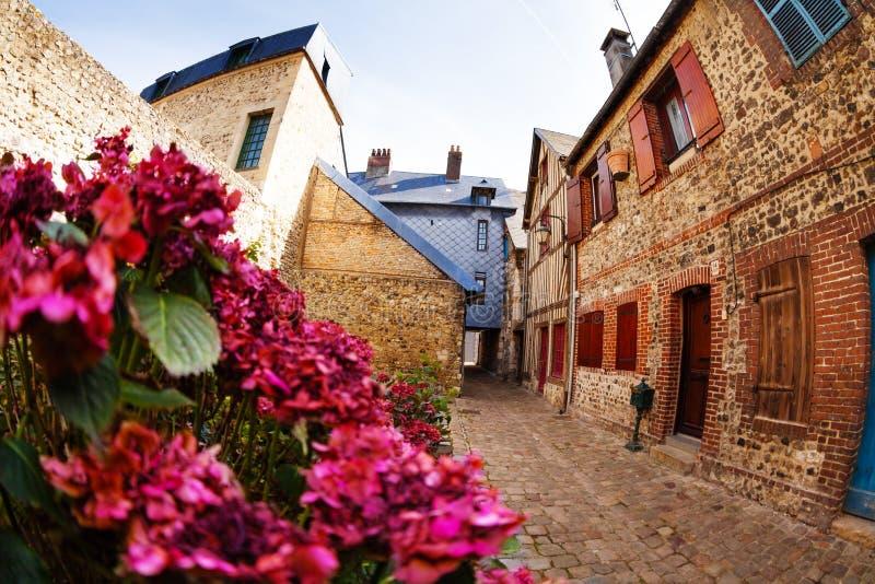 Oude rustige straat van Honfleur met baksteenhuizen royalty-vrije stock afbeelding