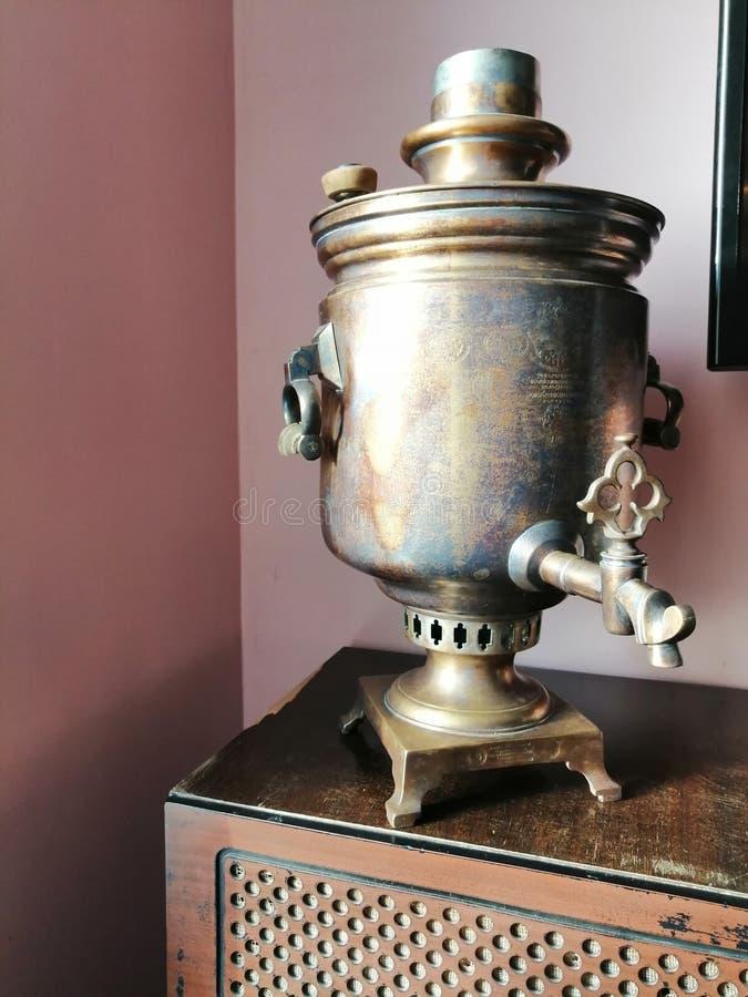 Oude samovar in het binnenland stock afbeelding
