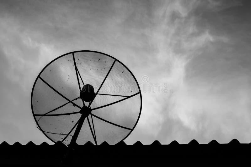 Oude Satellietschotels op het dak royalty-vrije stock afbeelding
