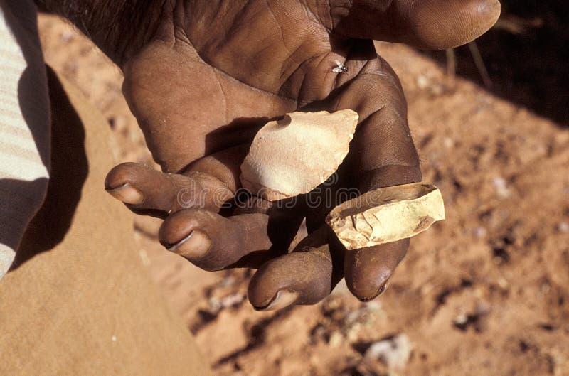 Oude scherpe hulpmiddelen in inheemse hand stock fotografie