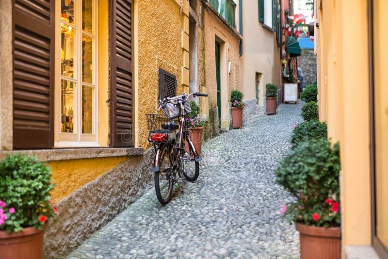 Oude schilderachtige straat met verbazende mening in mooie Bellagio, Como-meer, Itali? royalty-vrije stock foto