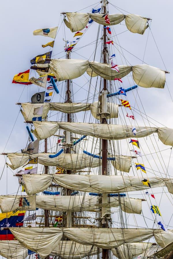 Oude schip met drie masten met zeilen opgepikt stock afbeeldingen