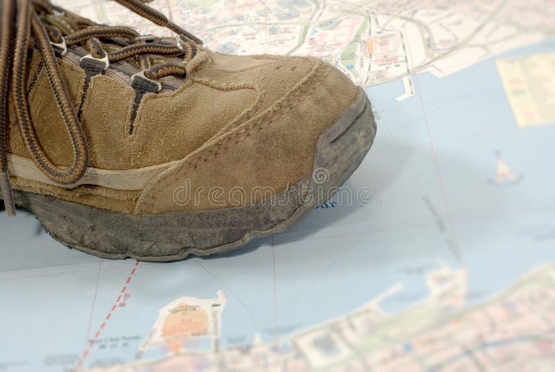 Oude schoenen die alleen wereld reizen stock fotografie