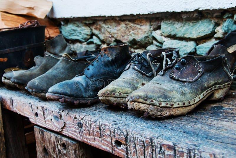 Oude schoenen die van leerhout en spijkers worden gemaakt royalty-vrije stock foto