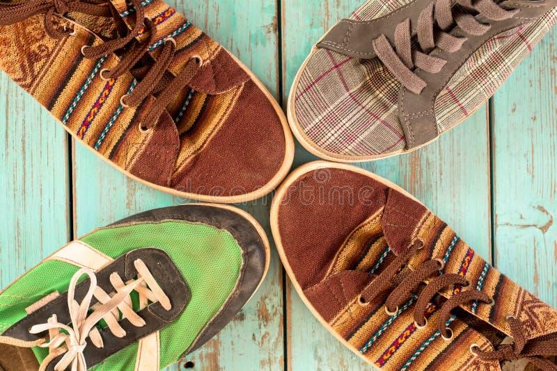Oude Schoenen Diverse kleuren en uitstekende stijl stock afbeelding