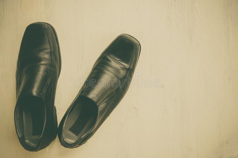 Oude schoenen gezet op houten royalty-vrije stock afbeeldingen