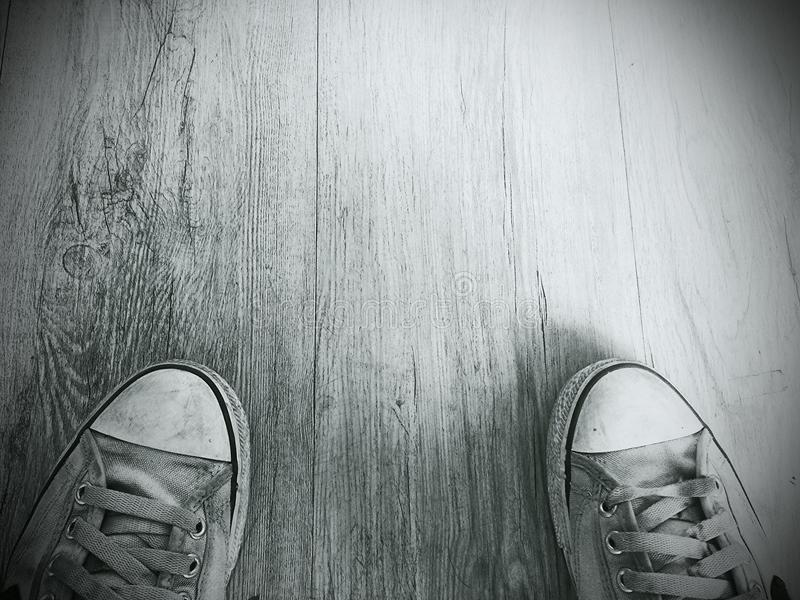 Oude schoenen op een houten vloer stock foto