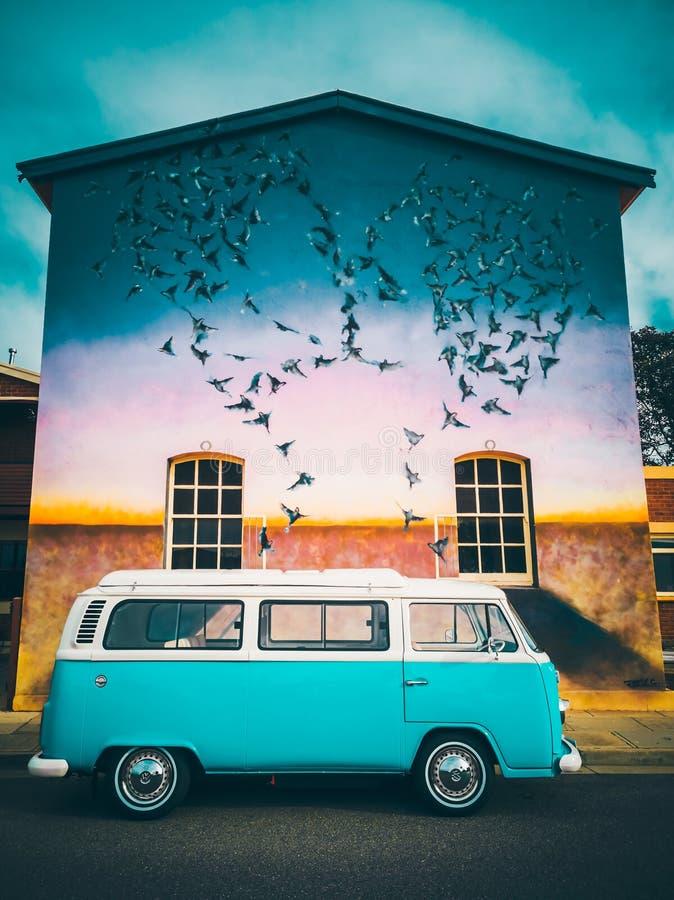 Oude school Volkswagen camper van bij graffiti royalty-vrije stock afbeeldingen
