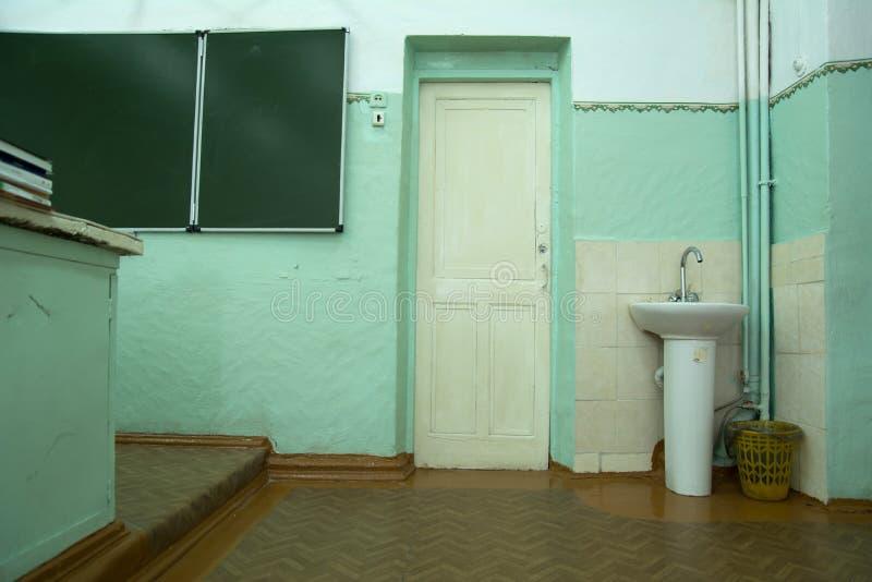 Oude schoolklasse met een deur en een zwarte raad royalty-vrije stock afbeeldingen