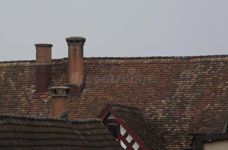 Oude schoorsteen op de skyline stock foto's
