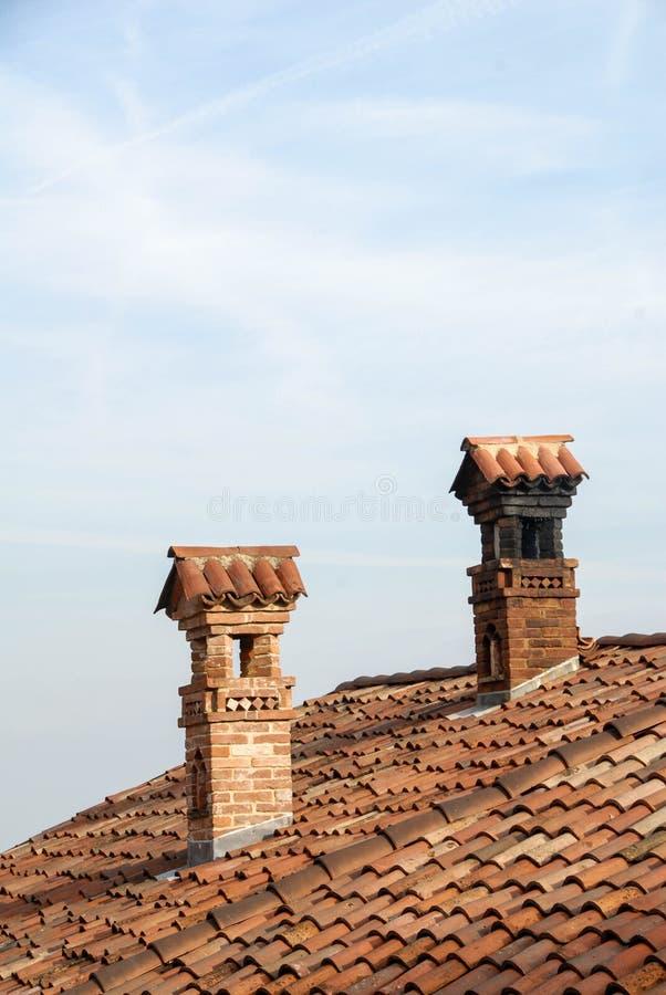 Oude schoorstenen op het dak royalty-vrije stock afbeeldingen