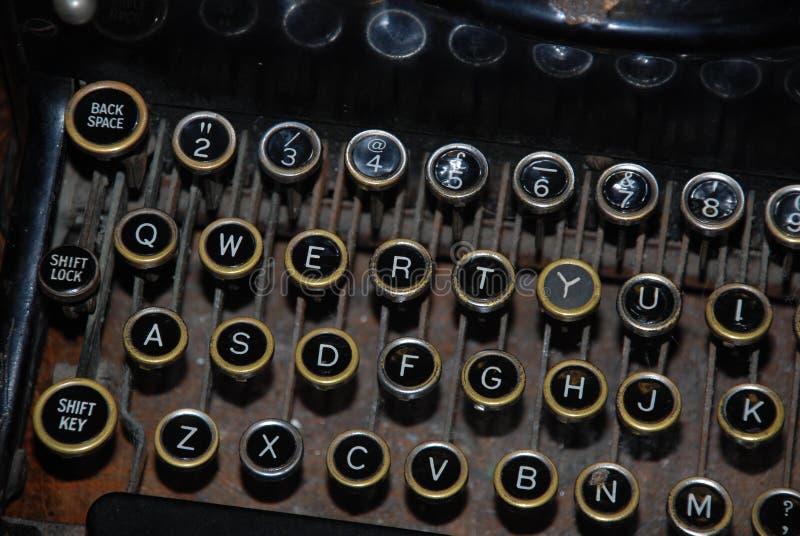 Oude schrijfmachine die letter en getal sleutels tonen stock fotografie