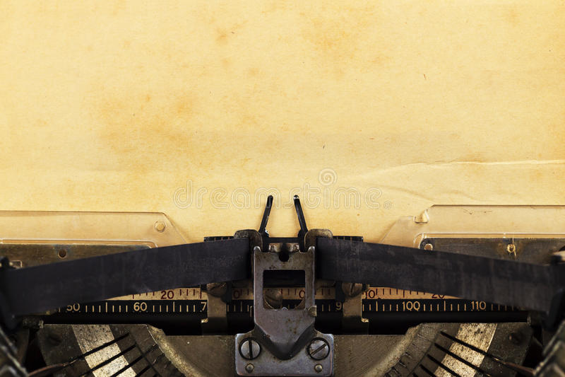 Oude schrijfmachine met document stock foto's