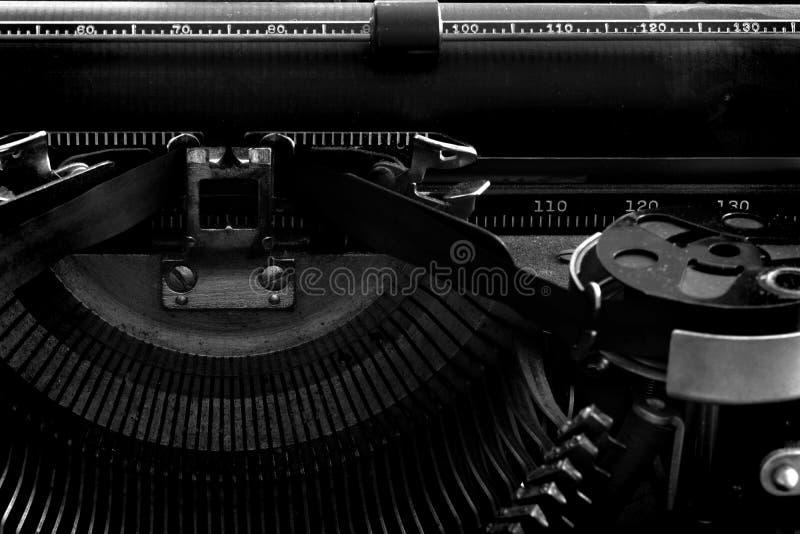 Oude Schrijfmachine met Document voor Mededeling royalty-vrije stock afbeeldingen
